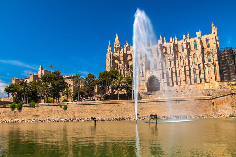 La Seu y Royal Palace de la catedral del La Almudaina, Palma de Mallorca imagen de archivo libre de regalías