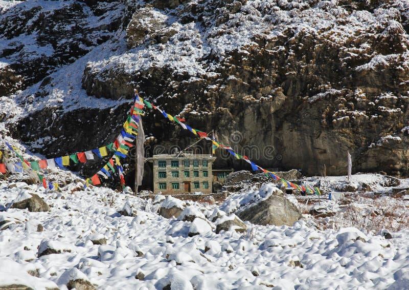 La seule maison qui a été épargnée de l'avalanche qui a frappé Langta images stock