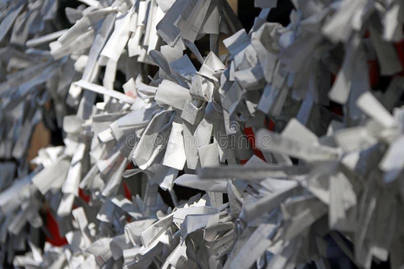 La sfortuna di bianco predice la carta di fortuna legata insieme ai cavi e poi porta per bruciare immagine stock