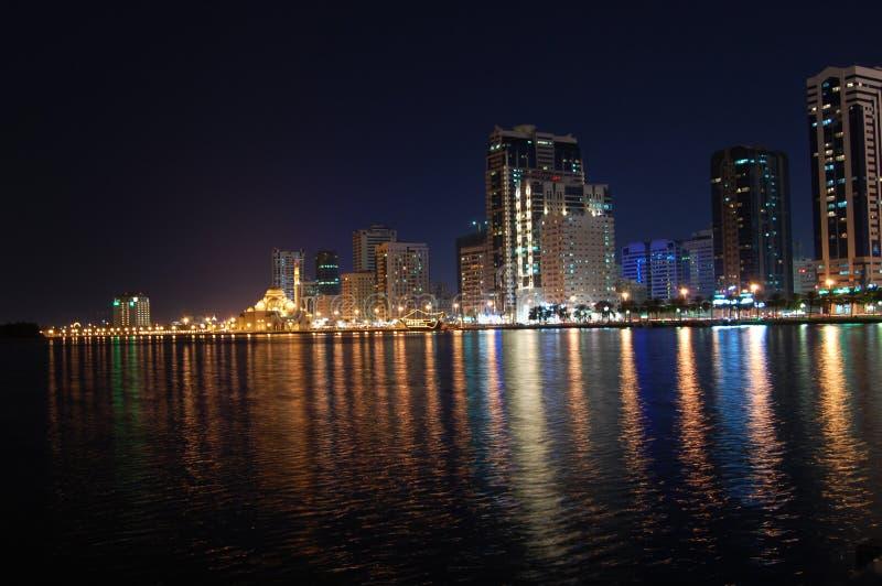 La Sharjah alla notte immagine stock