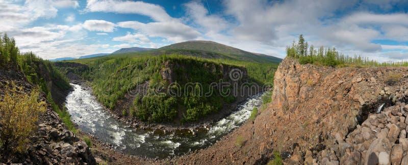 La Sibérie. Gorge de fleuve de Neral. Panorama image stock
