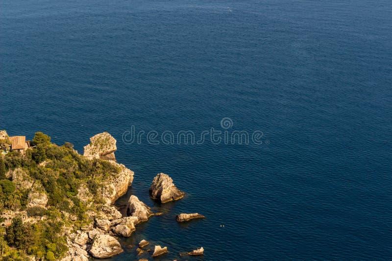 La Sicilia: Vista aerea dell'isola del ` s di Isola Bella fotografia stock libera da diritti
