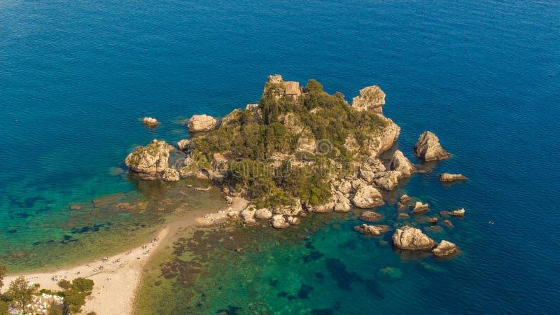 La Sicilia: Vista aerea dell'isola di Isola Bella fotografie stock libere da diritti