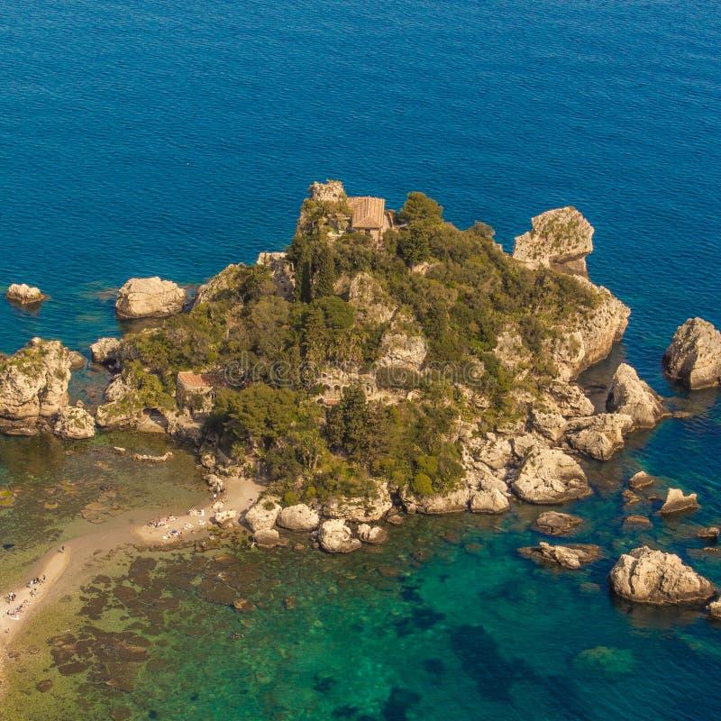 La Sicilia: Vista aerea dell'isola di Isola Bella fotografia stock