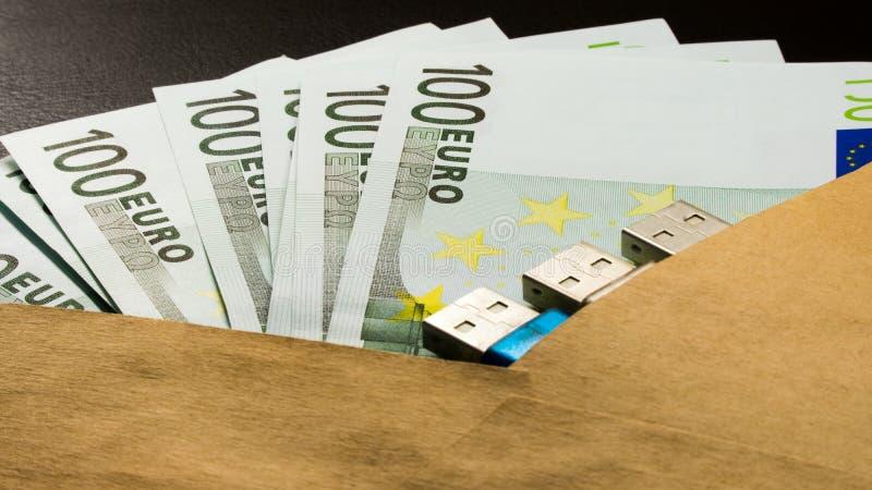 La sicurezza del usb dei soldi digita la busta sul blocco note nero del fondo fotografie stock