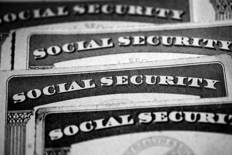 La sicurezza sociale carda la simbolizzazione dei benefici per gli Stati Uniti anziani immagini stock
