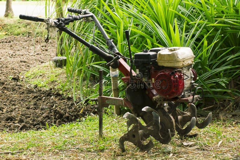 La sierpe rotatoria ayuda a preparar el suelo para los granjeros modernos fotos de archivo libres de regalías