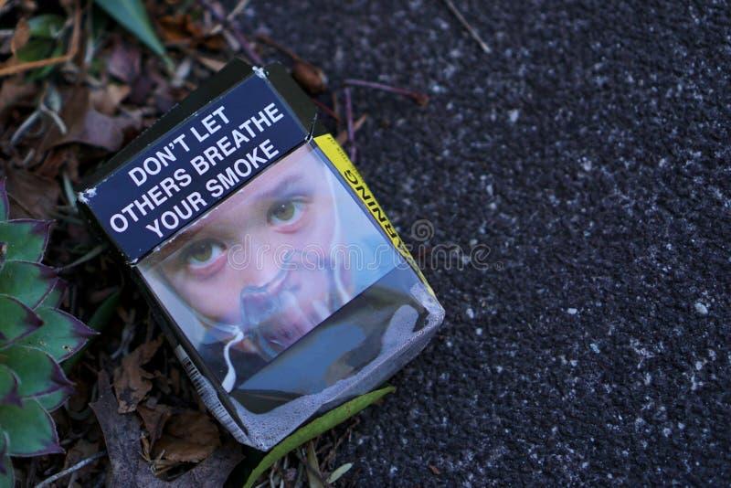 La sigaretta abbandonata vuota australiana ingrassa la via immagini stock libere da diritti
