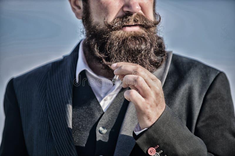 La sigaretta del tipo gode dell'influenza del nicotina Le sigarette ci aiutano con tutto dalla noia ad irritare la gestione Uomo  fotografie stock