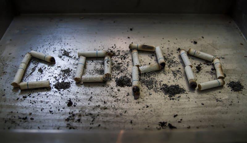 La sigaretta può causare la malattia ed i morti sul fondo del metallo, fotografia stock libera da diritti