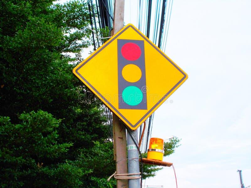 La signalisation donne le signal et la gauche est l'arbre image libre de droits