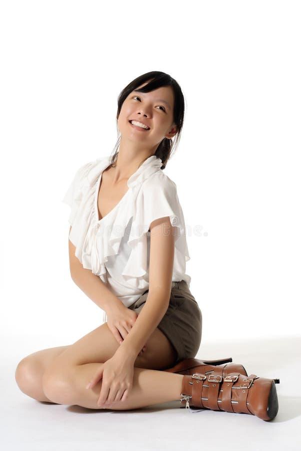 La signora asiatica si siede su terra immagini stock libere da diritti