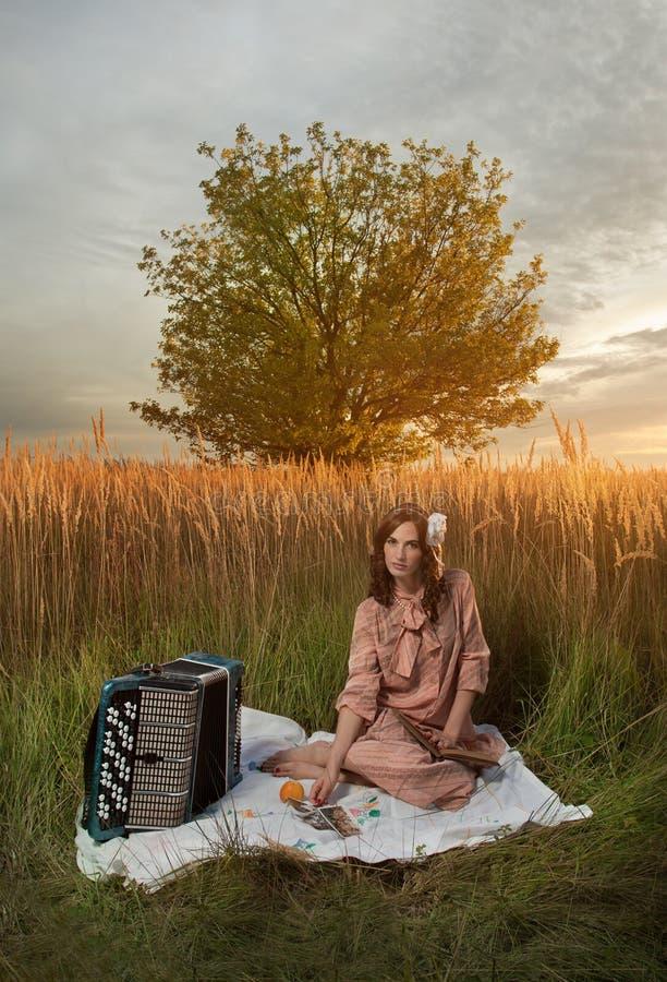 La signora in retro ancora fa un picnic fotografie stock