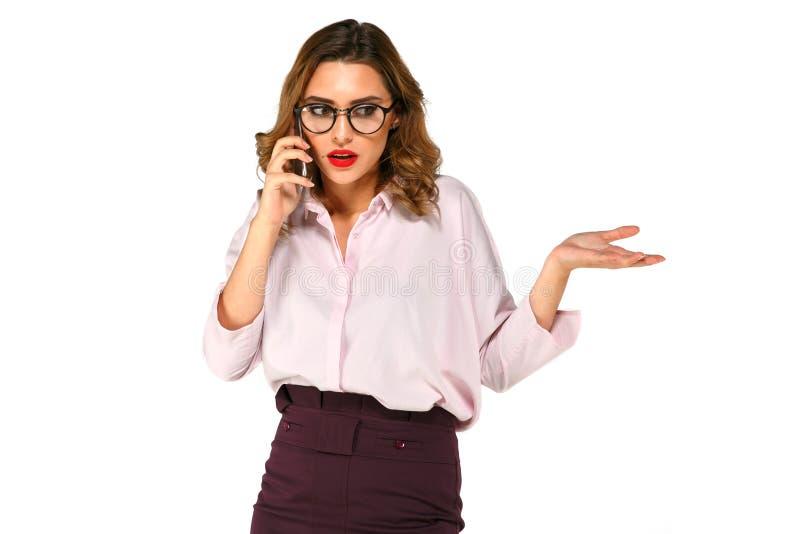 La signora rigorosa di affari che parla sul telefono immagine stock libera da diritti