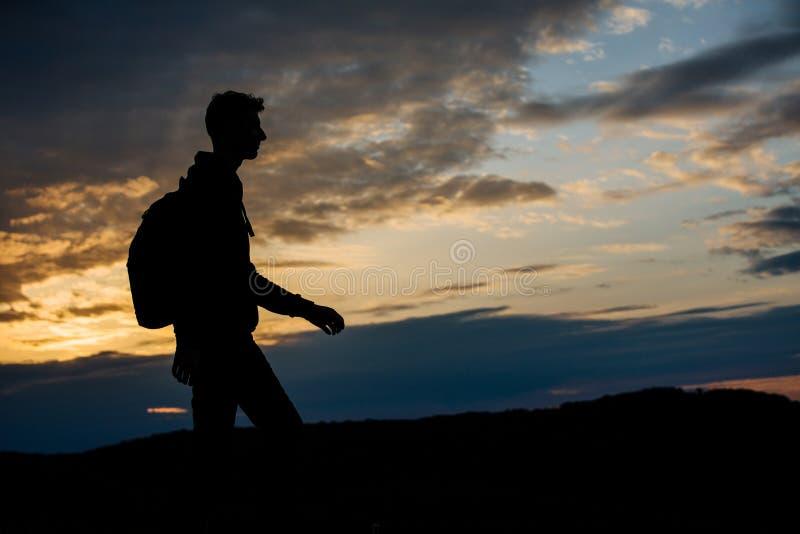 La silhouette d'un compagnon de route photographie stock libre de droits