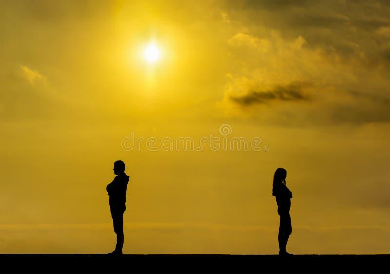 La silhouette d'une fille et d'un homme tristes sur l'un l'autre, couple se cassent  photo stock