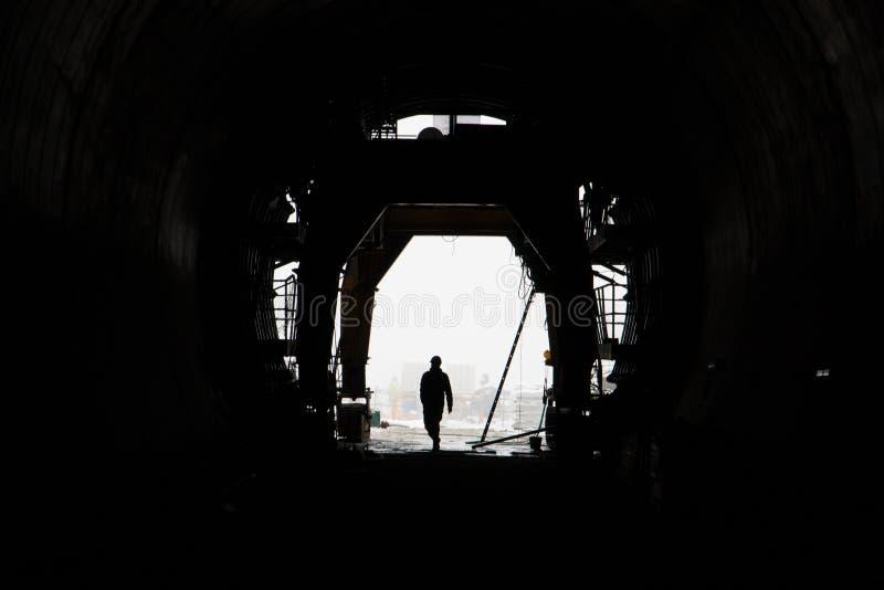 La silhouette d'une personne dans un tunnel de chemin de fer ultra-rapide en construction image stock
