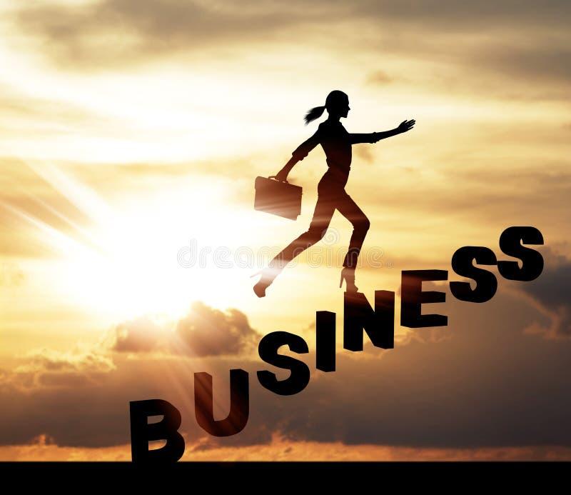 La silhouette de la femme se lèvent sur des escaliers de mot d'affaires photographie stock libre de droits