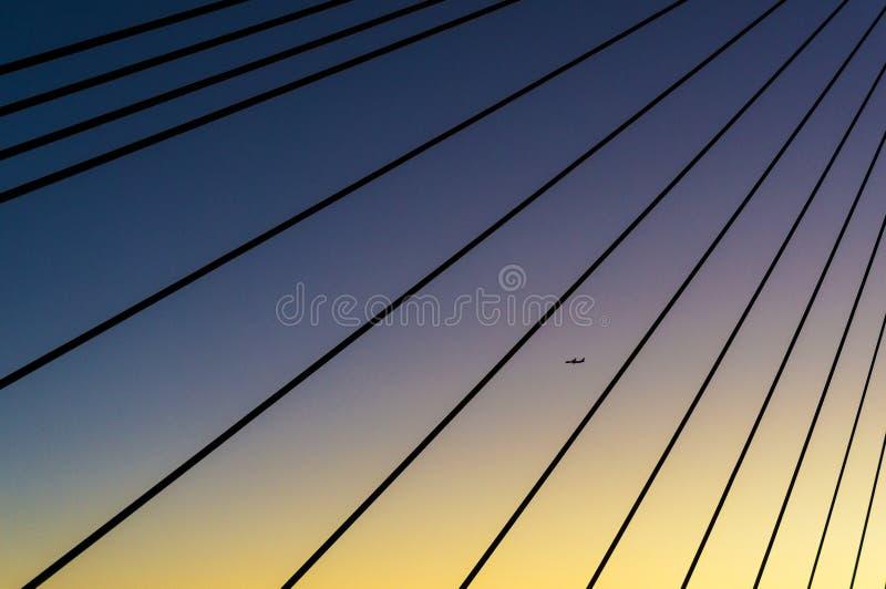 La silhouette de l'avion vue par l'acier de pont d'ANZAC câble photo stock