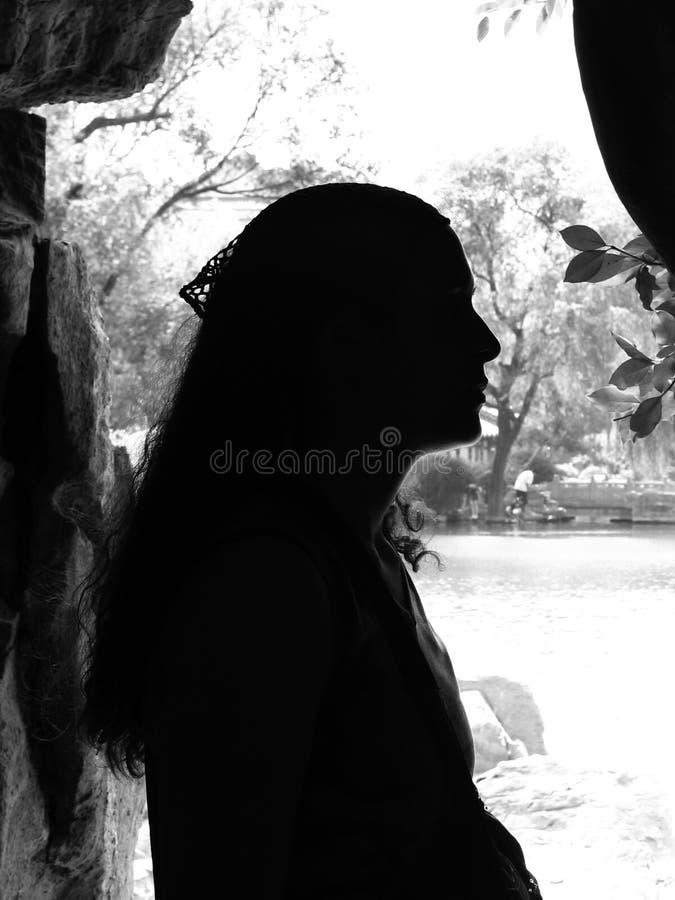 La silhouette de la fille image libre de droits