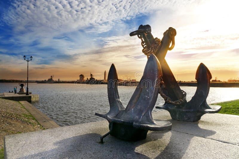 La silhouette de la vieille mer a croisé des ancres sur le fond du port de Peter Kronstadt, St Petersburg, Russie photographie stock libre de droits