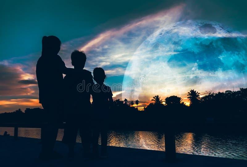 La silhouette de la mère avec le fils et la fille appréciant la vue à les déchirent photo stock