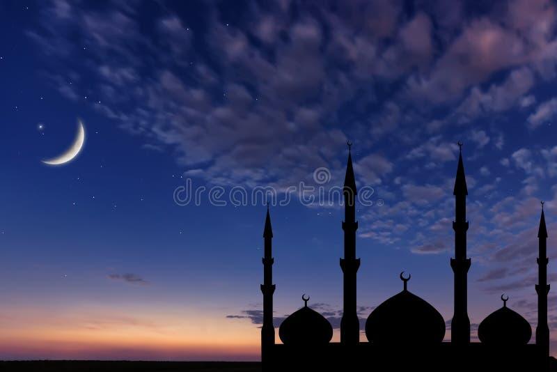 La silhouette de mosquée de ciel nocturne, croissant de lune se tient le premier rôle, Ramadan Kareem image libre de droits