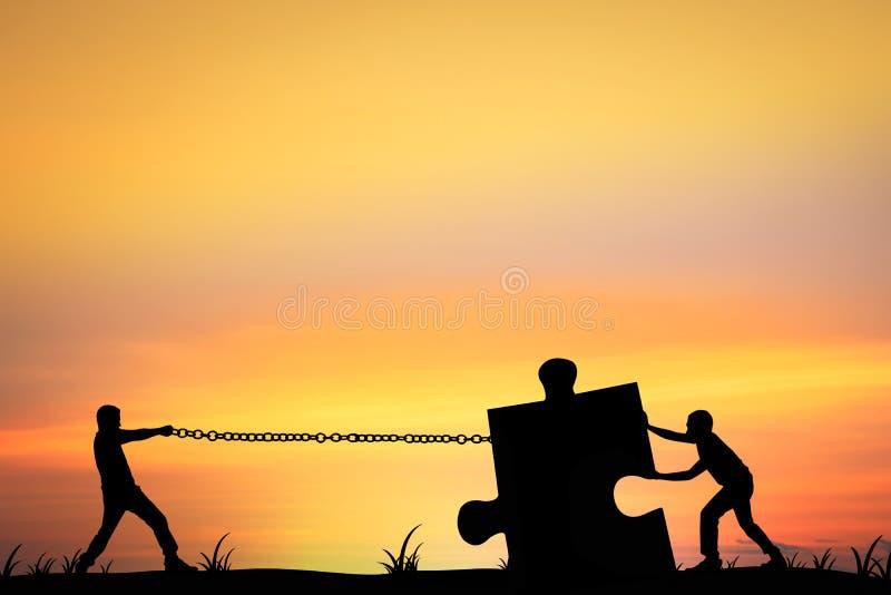 La silhouette des hommes aidant la poussée et la traction déconcertent, concept comme équipe photos libres de droits