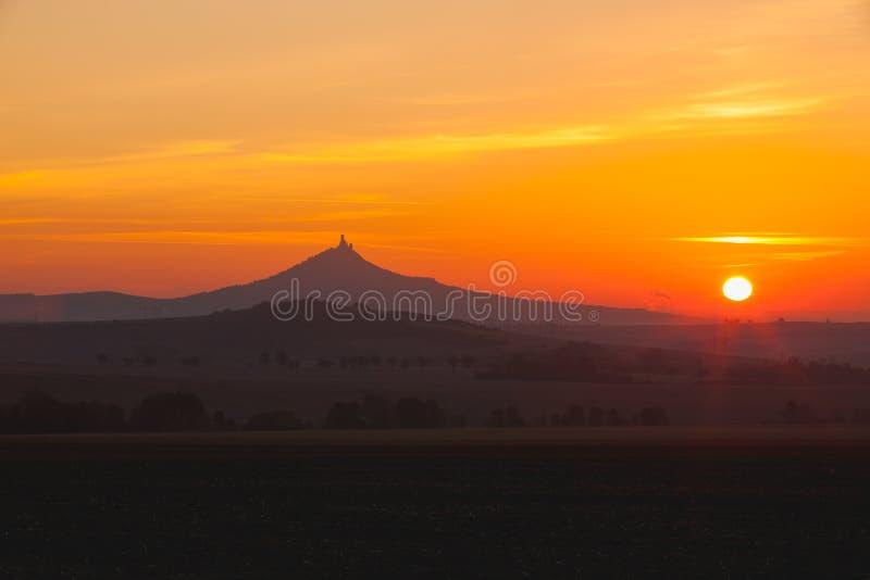 La silhouette du château de Hazmburk au lever de soleil République Tchèque photographie stock
