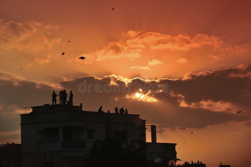 La silhouette du festival de vol de cerf-volant a également appelé le ` de Makar Sankranti de ` dans l'Inde image stock