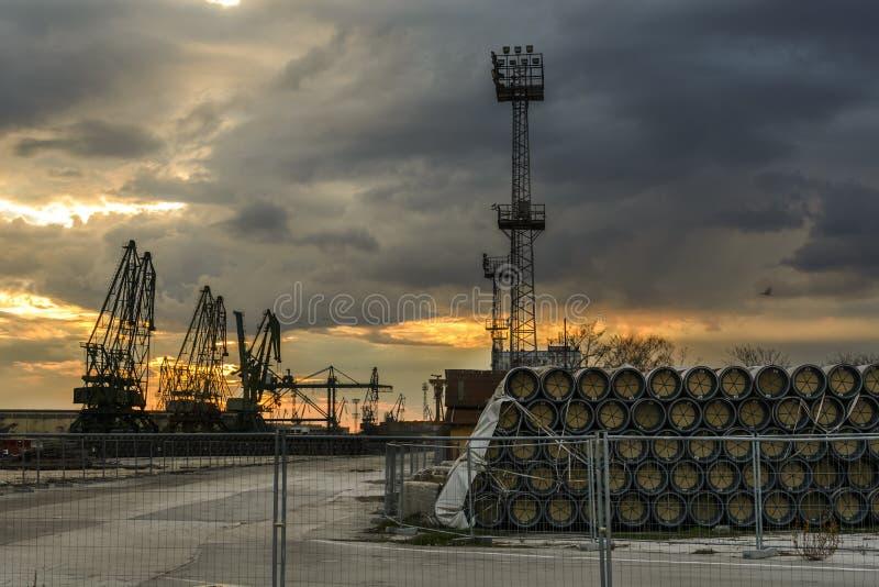 La silhouette du port tend le cou contre un ciel dramatique au coucher du soleil photographie stock