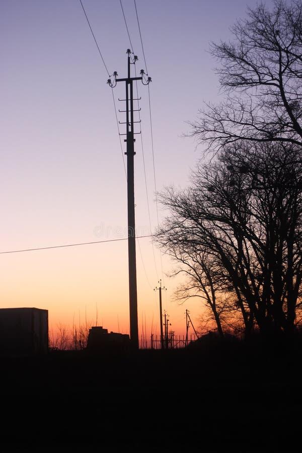 La silhouette du poteau de l'électricité au crépuscule photographie stock