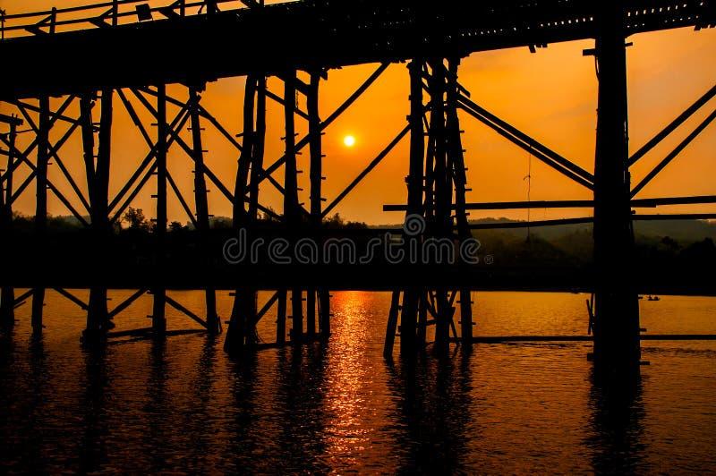 La silhouette du vieux pont en pont en bois (pont de lundi) images libres de droits