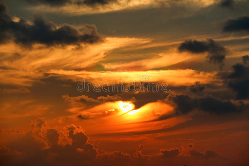 La silhouette foncée opacifie sur le ciel au coucher du soleil, île tropicale dans des îles des Maldives photographie stock