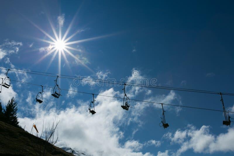 La silhouette se soulève au-dessus du soleil et du ciel bleu photos stock