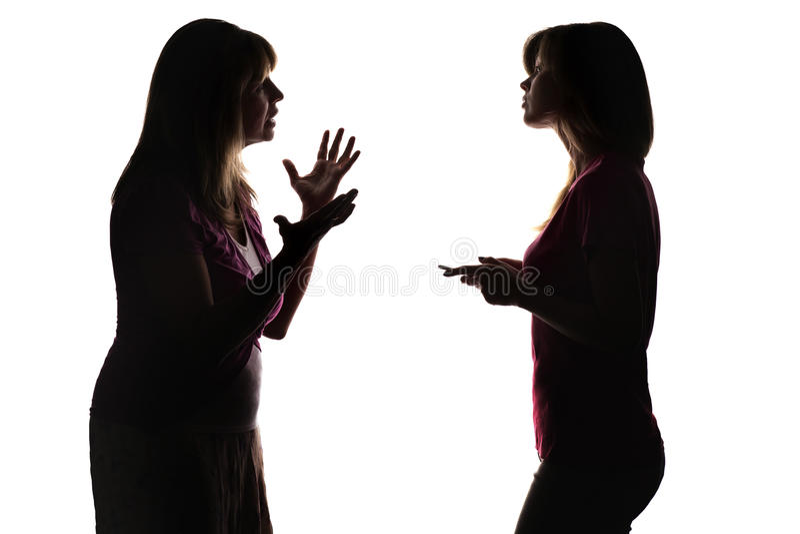 La silhouette sur le blanc a isolé le conflit de fond des parents et de l'adolescent dus au divertissement électronique images stock