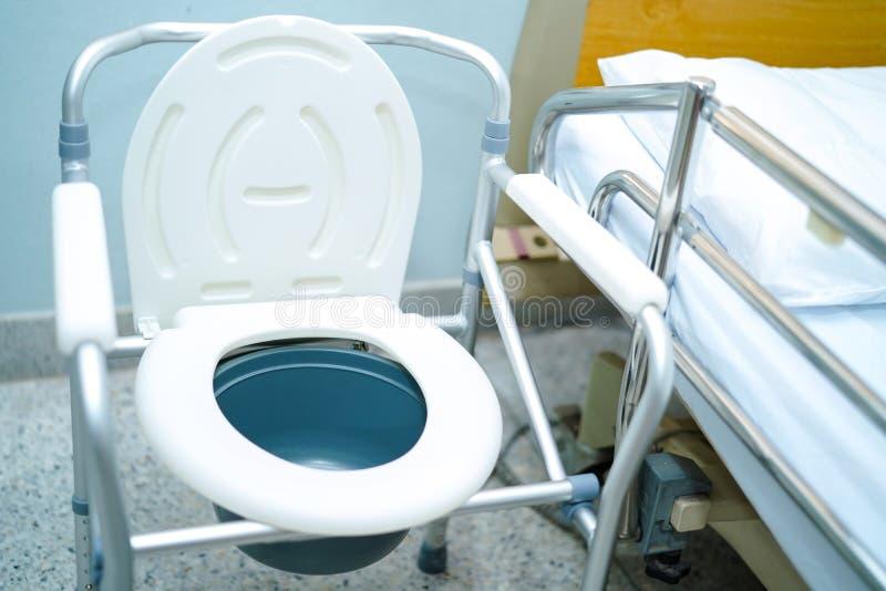 La silla de la cómoda o el retrete móvil puede moviéndose en dormitorio o por todas partes para las personas mayores o el pacient fotografía de archivo libre de regalías