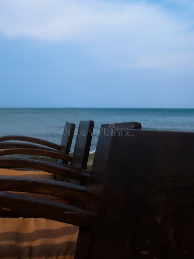 La silla de madera de Brown juntó en la playa foto de archivo libre de regalías