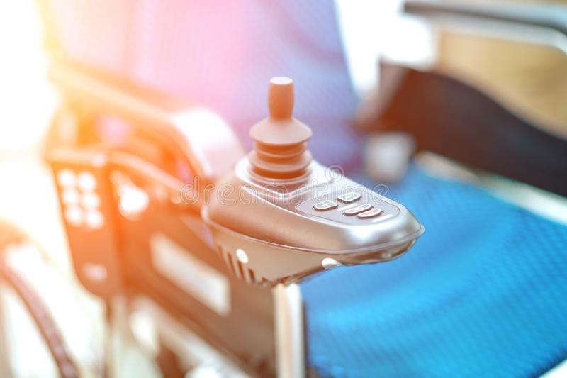 La silla de ruedas eléctrica para el viejo más viejo paciente no puede caminar o inhabilitar a gente utilice en hogar u hospital: imágenes de archivo libres de regalías