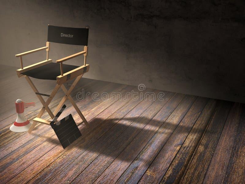 La silla del ` s del director con el tablero de chapaleta y el megáfono en escena del sitio oscuro con el proyector se encienden foto de archivo libre de regalías