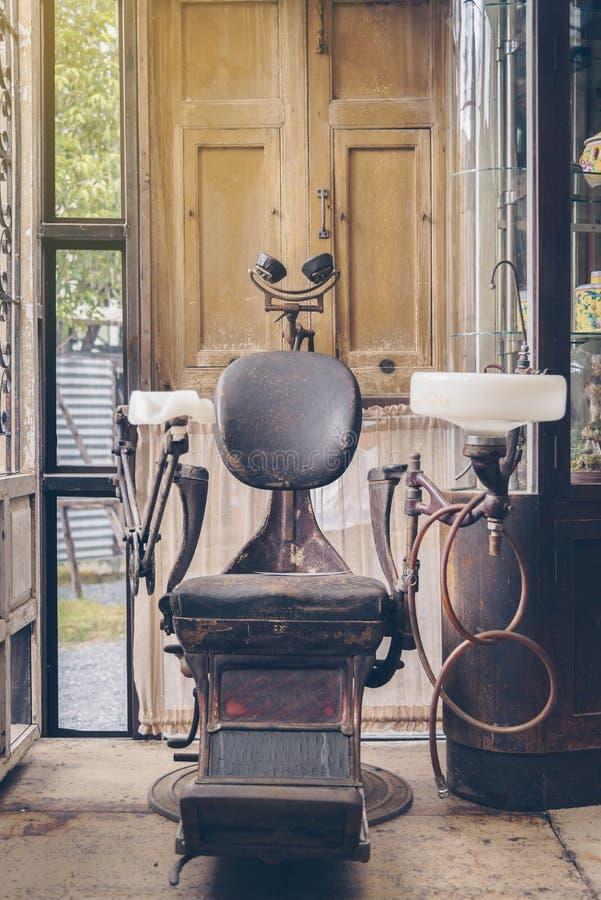 La silla del ` s del dentista de dentistas antiguos no se utiliza imagen de archivo libre de regalías