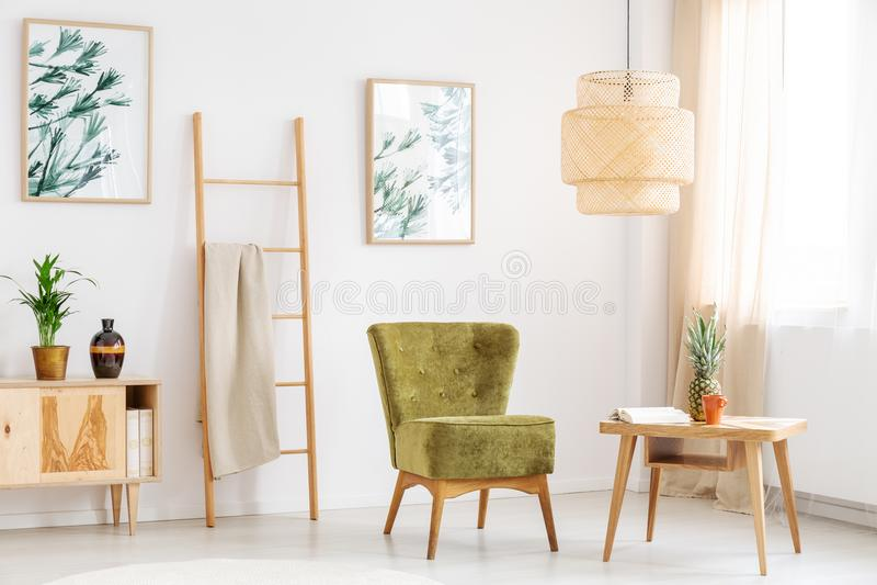 La silla verde adentro relaja el sitio imagen de archivo