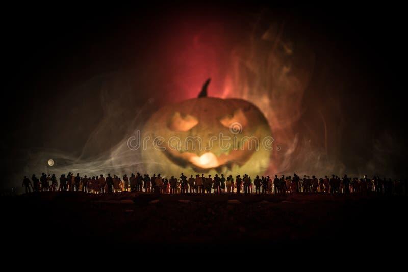 La silueta borrosa del monstruo gigante prepara a la muchedumbre del ataque durante noche Foco selectivo ilustración del vector