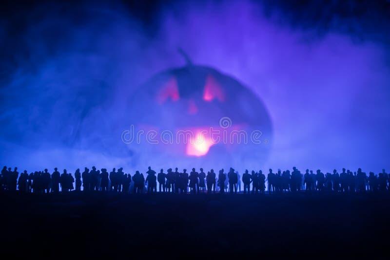 La silueta borrosa del monstruo gigante prepara a la muchedumbre del ataque durante noche Foco selectivo libre illustration