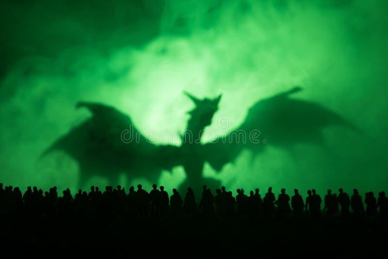La silueta borrosa del monstruo gigante prepara a la muchedumbre del ataque durante noche Foco selectivo decoración imagen de archivo