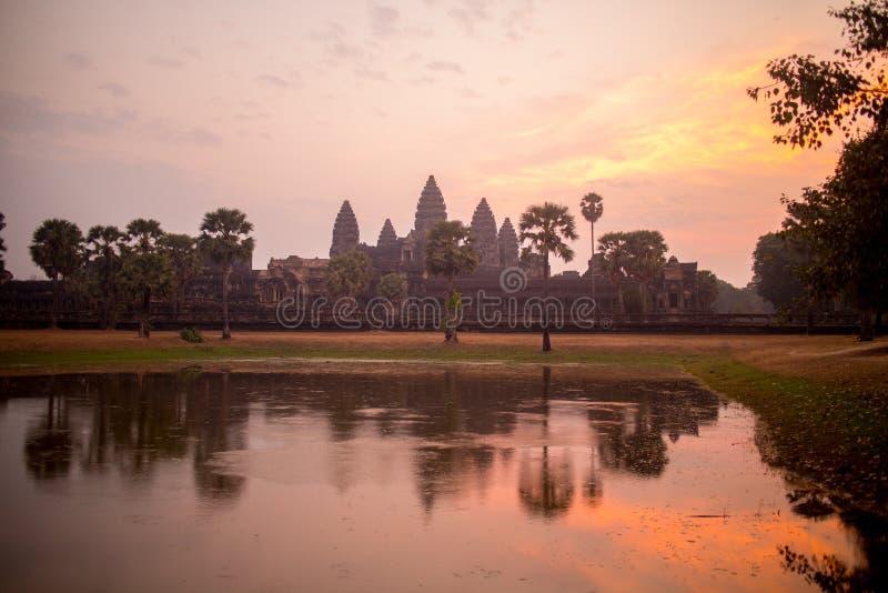 La silueta de Angkor Wat Reflecting en la piscina de agua en la salida del sol imágenes de archivo libres de regalías