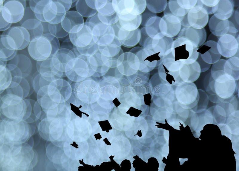 La silueta de estudiantes de tercer ciclo lanza birretes en ceremonia del éxito de la graduación de la universidad Enhorabuena en fotografía de archivo libre de regalías
