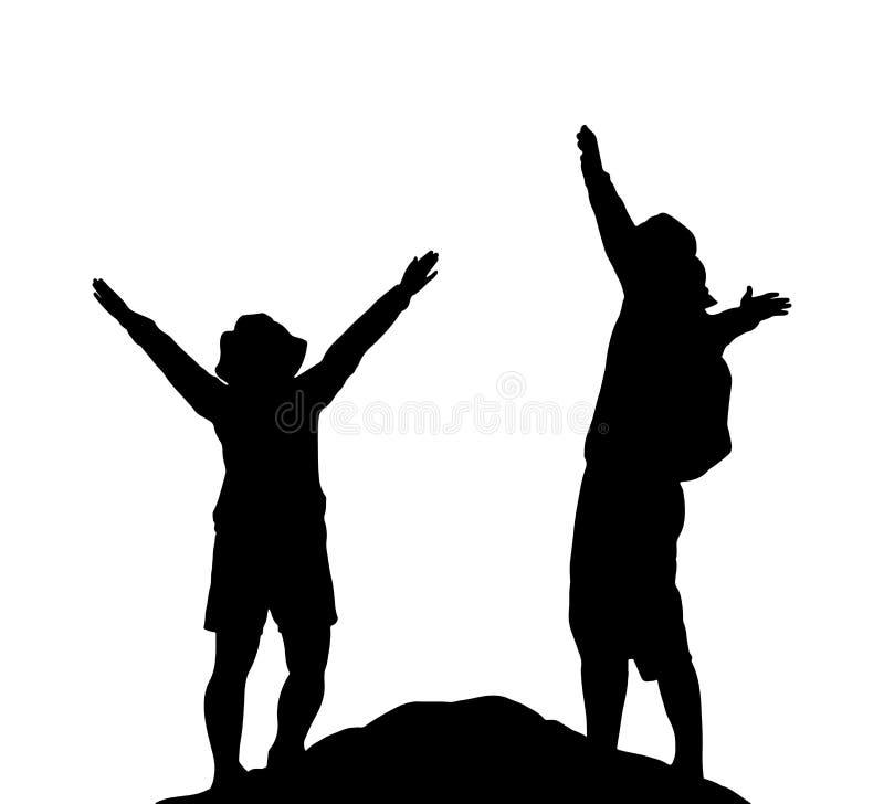 La silueta de pares felices se une en el pico de la montaña foto de archivo