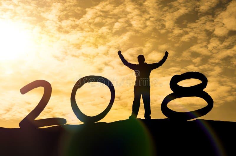 La silueta de un hombre da para arriba en un top y una luz del sol de la montaña con Feliz Año Nuevo de la muestra del texto 2018 stock de ilustración