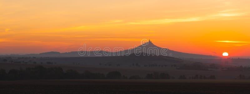 La silueta del castillo de Hazmburk en la salida del sol República Checa foto de archivo